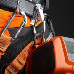Belt eye let Makes it quick and easy to connect the saw to the climbing harness.