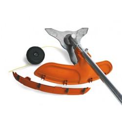 Kombinētais aizsargs piemērots darbam gan ar zāles asmeni, gan trimmera uzgali.