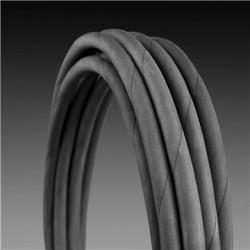 Длинный шланг со стальным армированием Гибкий шланг высокого давления армирован стальной проволокой для большей надежности и долговечности.