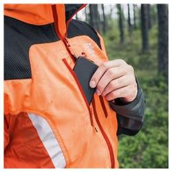 Kabata mobilajam tālrunim Krūšu kabatām ir polsterēts oderējums, kas aizsargā mobilo tālruni un ļauj tam ērti piekļūt jebkurā laikā.