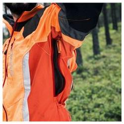 Ventilācijas rāvējslēdzēji zem piedurknēm Ventilācijas rāvējslēdzēji zem jakas piedurknēm gaisa plūsmas kontrolei.