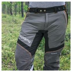 Эластичная ткань в верхней части брюк спереди Верх брюк сшит из гибкой ткани, что позволяет вам двигаться свободно, безопасно и комфортно.