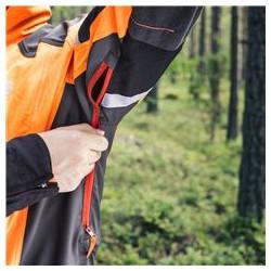 Ventilācijas rāvējslēdzēji zem jakas piedurknēm gaisa plūsmas kontrolei.