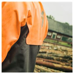 Openings at the yoke make for good ventilation, preventig the user to get too warm during work.