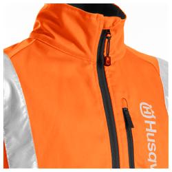 Pilna garuma rāvējslēdzis jakas priekšpusē.