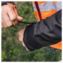 The width of the sleeve can be adjusted according to the size of the user's gloves, etc.