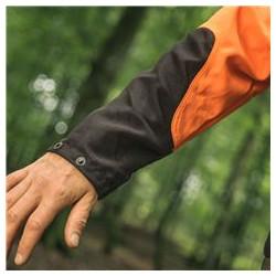 Pastiprinājums ap locītavām un piedurkņu apakšējā daļā ļauj izmantot apģērbu ilgāk, arī pie tā noslodzes darba laikā.