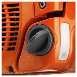 Atlokāms degvielas bākas vāciņš Vieglāk uzpildīt degvielu ar atlokāmu un aizlokāmu degvielas bākas vāciņu.