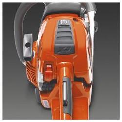 Sašaurināta konstrukcija Zemais, slaidais zāģa korpuss nodrošina vieglu un ērtu darbu ar motorzāģi jebkurā situācijā.