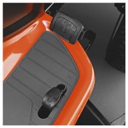 Ar pedāļiem darbināma hidrostatiskā transmisija Ātruma un virziena maiņa ar pedāļiem ļauj turēt abas rokas uz stūres, tādējādi nodrošinot maksimālu braukšanas kontroli.
