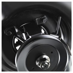 Air Induction sistēma Ventilētā Air Induction sistēma apgādā griešanas mehānismu ar papildus spēcīgu gaisa virpuli, tāpēc zāles pļaušanai un zāles un lapu vākšanai ir izcils izpildījums.