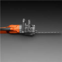 Easy to handle The engine is positioned lengthwise for a slim, easy-to-handle saw.