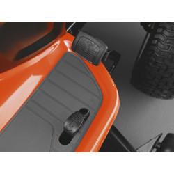 Управление скоростью и направлением движения осуществляется с помощью педалей, что позволяет оператору держать обе руки на рулевом колесе и максимально контролировать процесс управления.