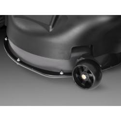 Режущая дека оснащена колесами, предотвращающими повреждение газона, что особенно важно при обработке неровных участков.