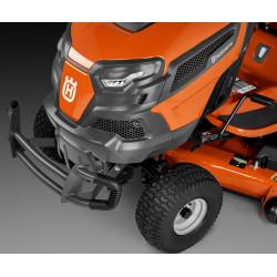 Прочная защита от повреждения кустарником защищает капот машины.