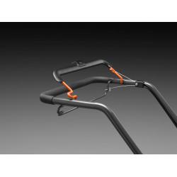 Ergonomisks rokturis ar ērti aizsniedzamām vadības svirām atvieglo tā vadāmību.