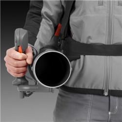Izmantojiet pilnu pūšanas jaudu ar minimālu slodzi uz rokām Nobīdītā roktura stiprinājums atvieglo gaisa plūsmas radīto spēka kontroli, novēršot rokas vilkšanu uz leju.