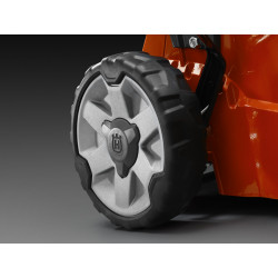 Прочная конструкция, гарантирующая долговечность при постоянном профессиональном использовании. Алюминиевые диски колёс с герметичными подшипниками. Резиновые обода шин обеспечивают лучший контакт с поверхностью и устойчивость газонокосилки при перемещении.
