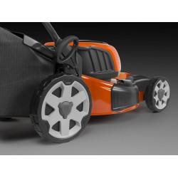 Augsti aizmugurējie riteņi mazākai piepūlei kontrolējot pļāvēju, un gumijas protektors izturībai.