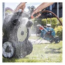 Легкая очистка верхней и нижней частей роботизированной газонокосилки можно промыть садовым шлангом.