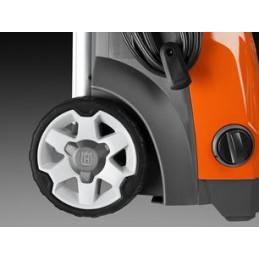 Большие колеса с резиновым ободом на металлической оси обеспечивают легкость перемещения и долговечность в эксплуатации.