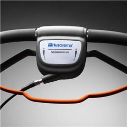 """""""TwinControl"""" Ar abām rokām vadāmā ātruma regulēšanas funkcija """"TwinControl"""" ļauj viegli lietot pļāvēju, nodrošinot atbilstošu braukšanas ātrumu, atkarībā no zemes virsmas un apkārtējās vides."""