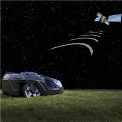 GPS navigācija Iebūvēta GPS sistēma nosaka dārza karti, ieskaitot robežvada un vadošā vada atrašanas vietu. Husqvarna Automower® reģistrēs, kuras dārza daļas tas pļaus un noteiks kustības virzienu. Tas nodrošina optimizētu dārza pārklājumu un izcilus pļaušanas rezultātus.