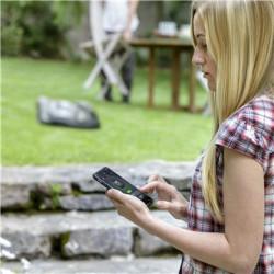 Automower® Connect@HOME Bluetooth® risinājums, Automower® Connect@HOME, dod iespēju viegli rīkoties ar jūsu robotizēto zāles pļāvēju, izmantojot viedtālruni. Jūs viegli varat palaist, apturēt, noviet uzlādes stacijā, programmēt un mainīt iestatījumus. Bluetooth® savienojums darbojas līdz 10 m attālumā. Standartā nāk visiem 300. un 400. sērijas ierīcēm.
